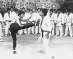 Each time something more sensational: In his fourth movie Bruce Lee is delivering attacker Peter Chan five kicks with one leg in a row!